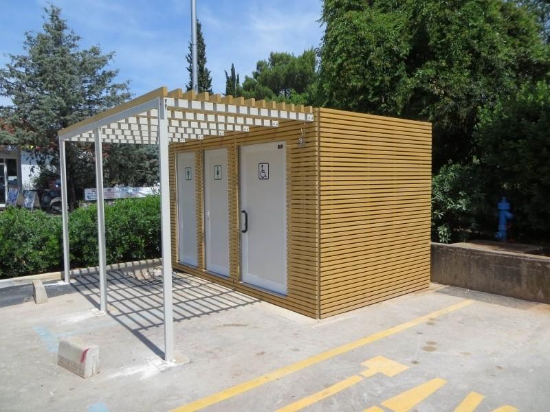 Javni toaleti sa drvenom fasadom